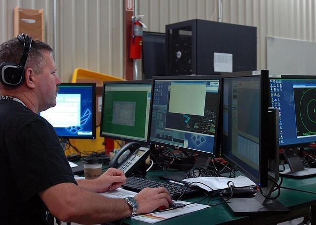 hombre trabajando con varias pantallas